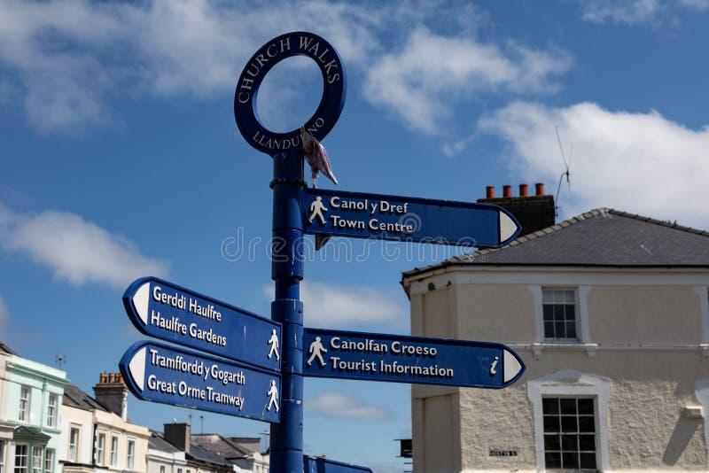 步行者的双语路牌在兰迪德诺北部威尔士2019年5月的中心 免版税库存照片