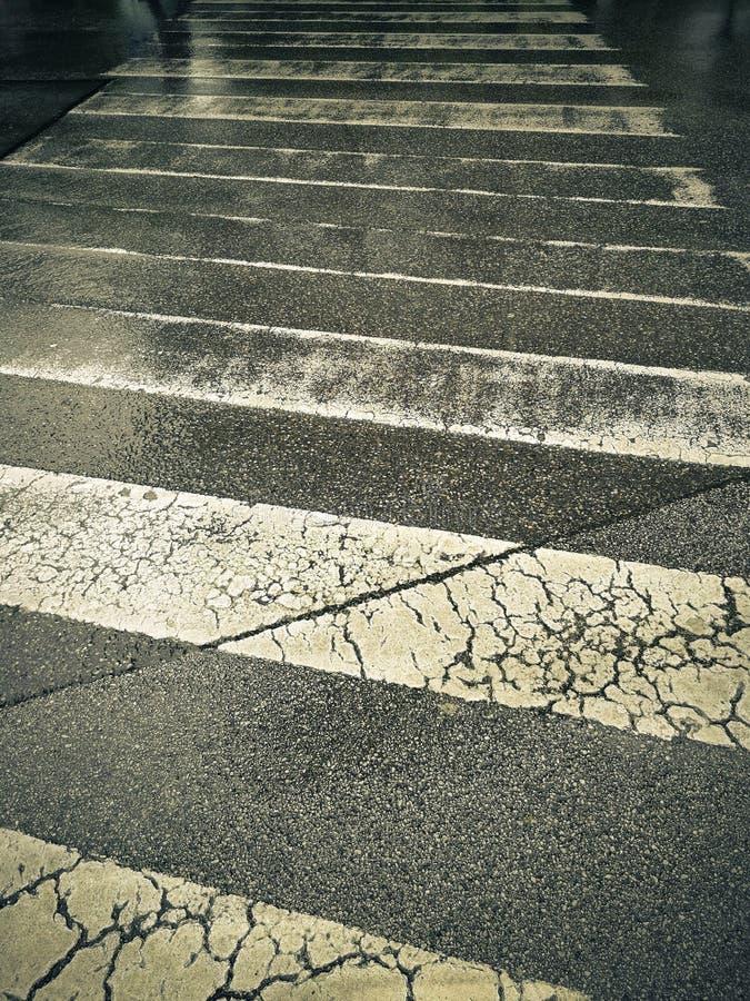 步行者的段落在与闪烁的反射的雨中 图库摄影