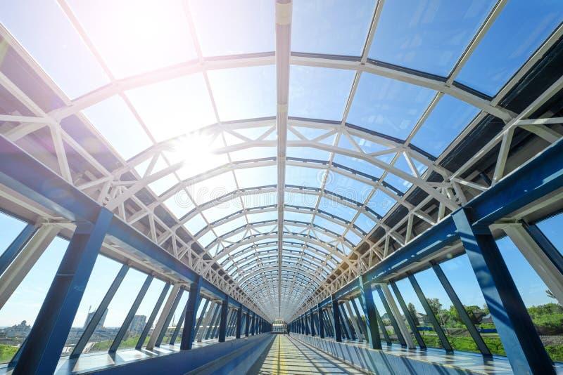 步行者的隧道桥梁 现代玻璃人行桥 在看法里面的透明桥梁隧道 库存图片