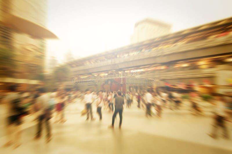 步行者迷离背景在城市 库存照片