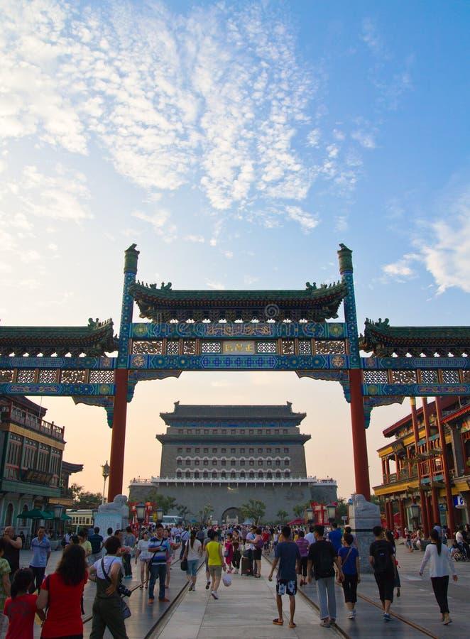 步行街道前门,繁体中文成拱形,走的人民,蓝天,北京,中国 免版税库存照片