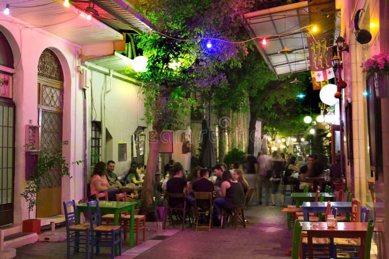 步行街道在晚上在希腊 免版税库存照片