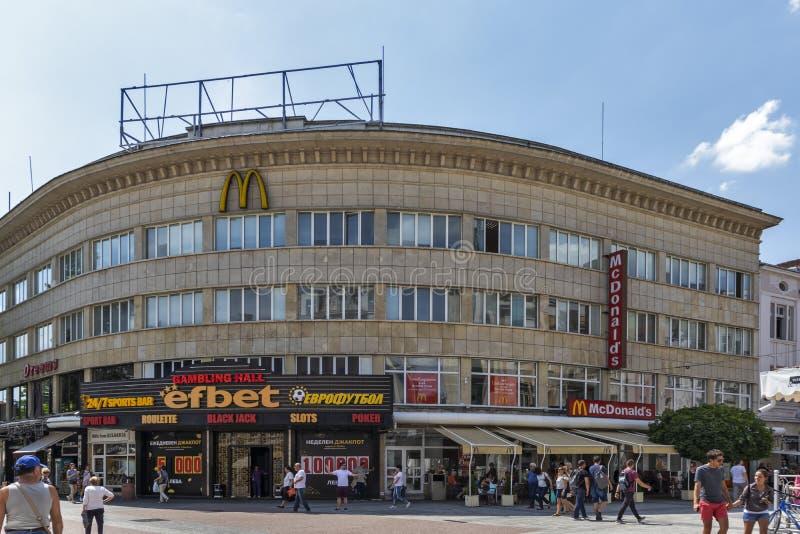 步行街道的走的人在普罗夫迪夫,保加利亚的中心  免版税图库摄影