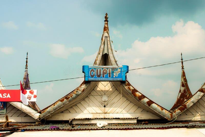 武吉丁宜,印度尼西亚-接近果酱Gadang的传统尖的屋顶 库存图片