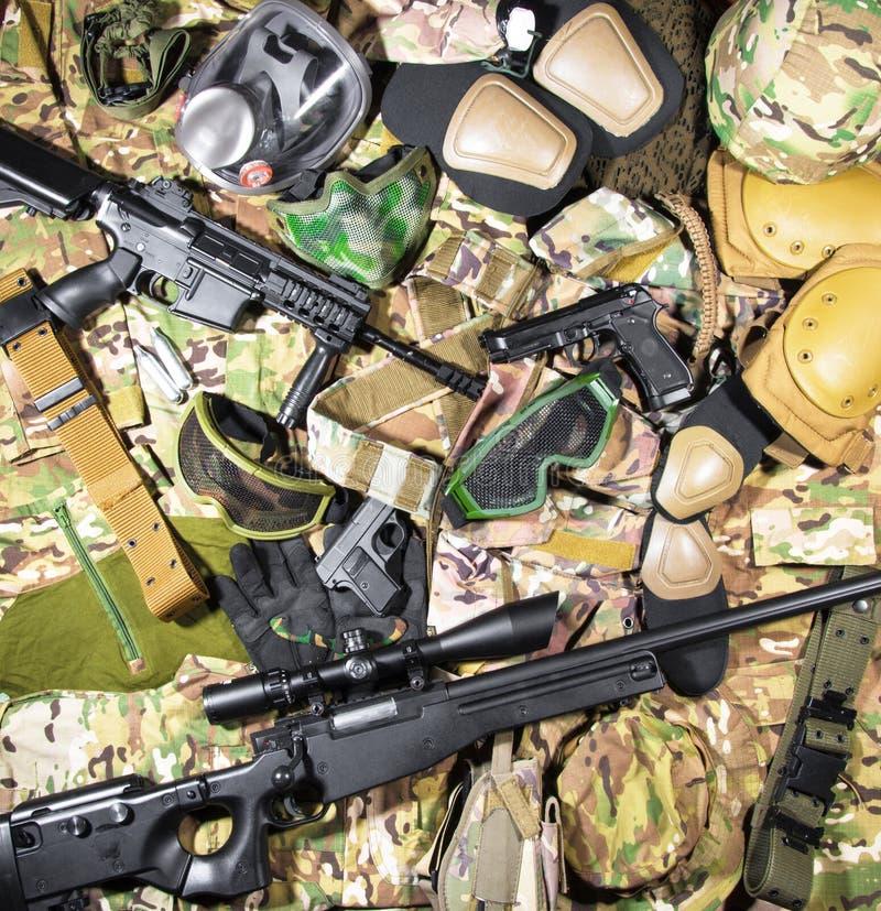 武器和衣物设备 免版税库存照片