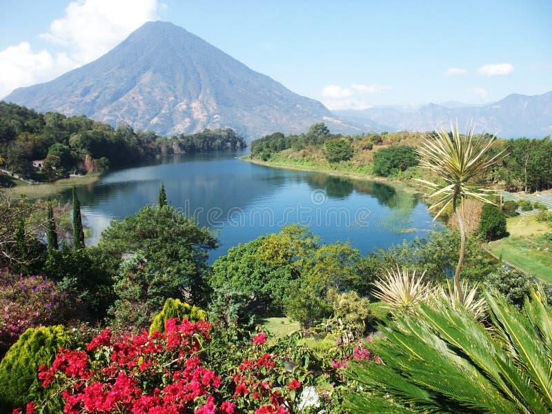 武尔卡诺岛风景在Guatemala湖Atitlan 库存图片