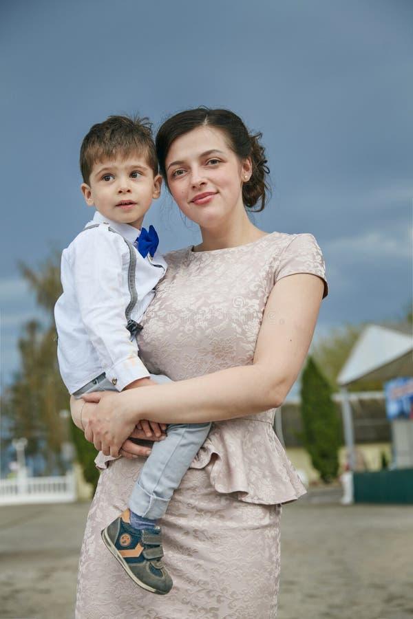 武装她暂挂母亲儿子 免版税库存照片