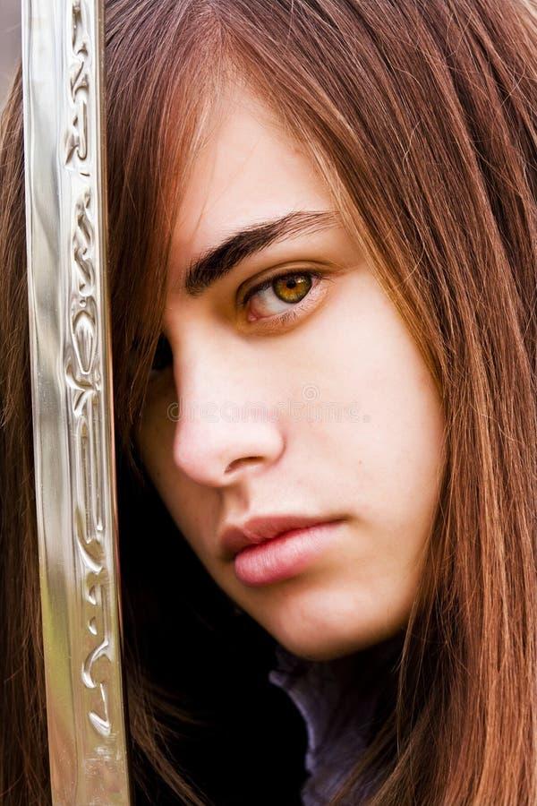 武装的妇女年轻人 免版税图库摄影