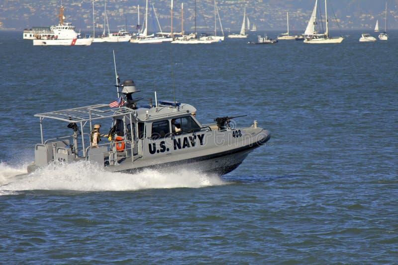 武装的小船海军巡逻加速我们 免版税库存图片