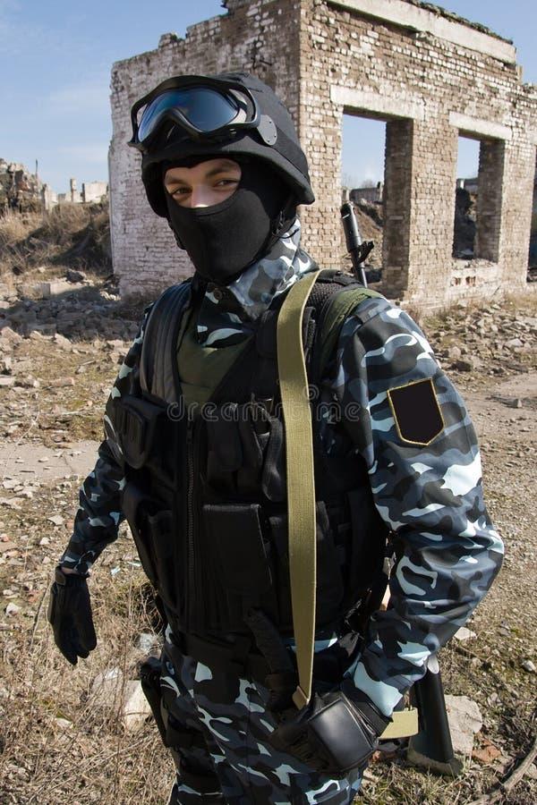 武装的户外纵向战士 图库摄影