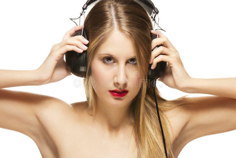 武装美丽的耳机她分布的妇女 免版税库存照片