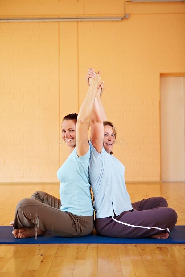 武装舒展妇女的体操 免版税库存图片