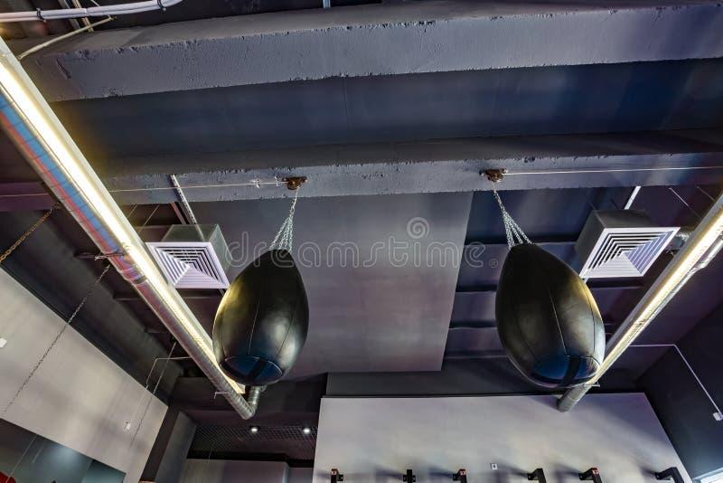 武道的霍尔与战斗的圆环的和吊袋和模拟器在现代战斗俱乐部 免版税库存图片
