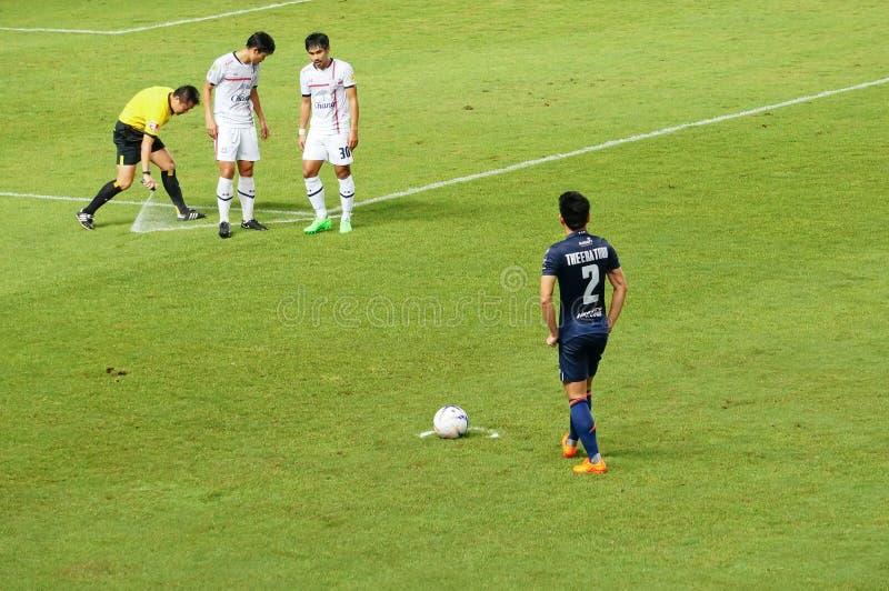 武里喃府,泰国- 8月15 :担任仲裁任意球的设定线在武里喃府之间的泰国英格兰足球超级联赛期间2015年团结了和素攀武里 免版税库存照片
