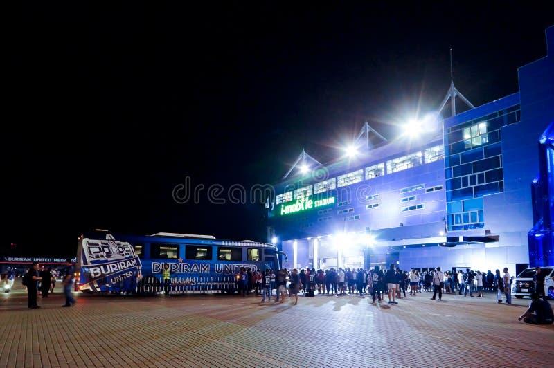 武里喃府,泰国- 8月15 :等待他们的球员2015年8月15日的我流动体育场外的支持者在武里喃府, Thailan 库存照片
