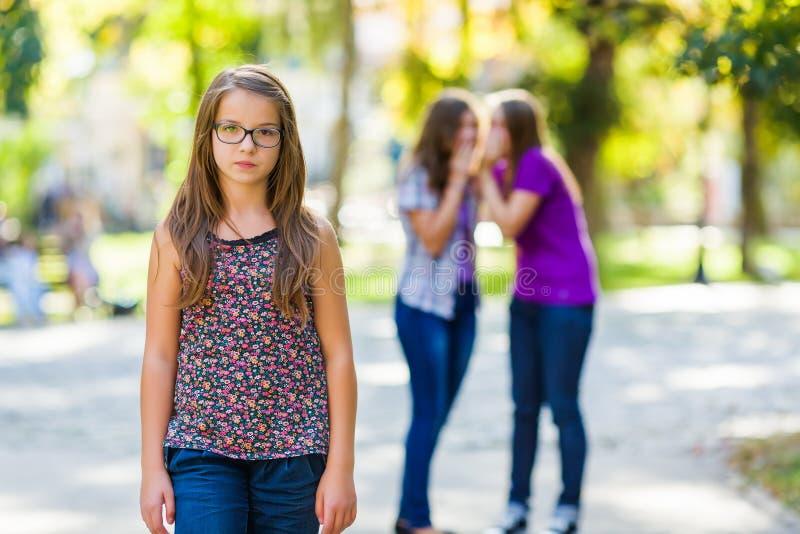 歧视她的女朋友的羡慕女孩 免版税库存照片