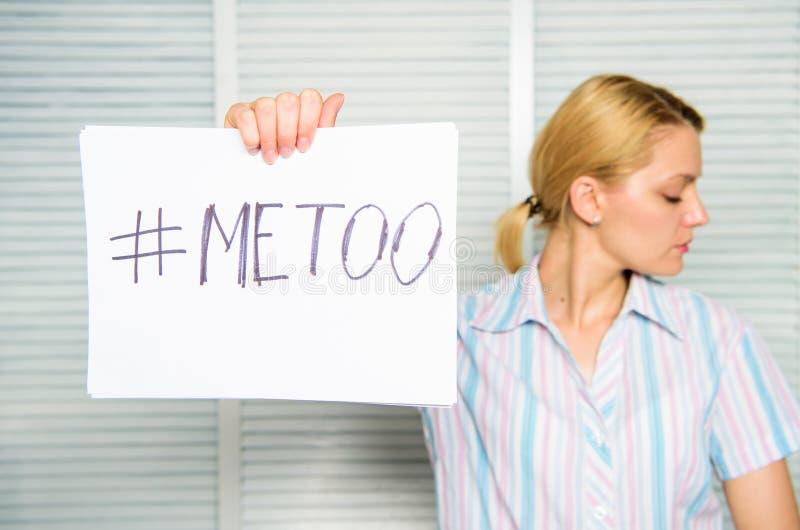 歧视怨言 女性攻击统计 妇女安静面孔举行海报仿造题字的hashtag 受害者 免版税库存照片