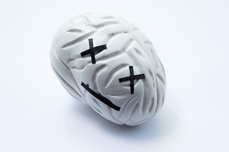 死亡、重要伤害、损伤或者死的人脑概念照片  脑子模型与情感死的微笑的象征严肃的dis 库存照片