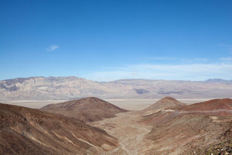 死亡谷国家公园沙漠山间干涸的河床 库存照片