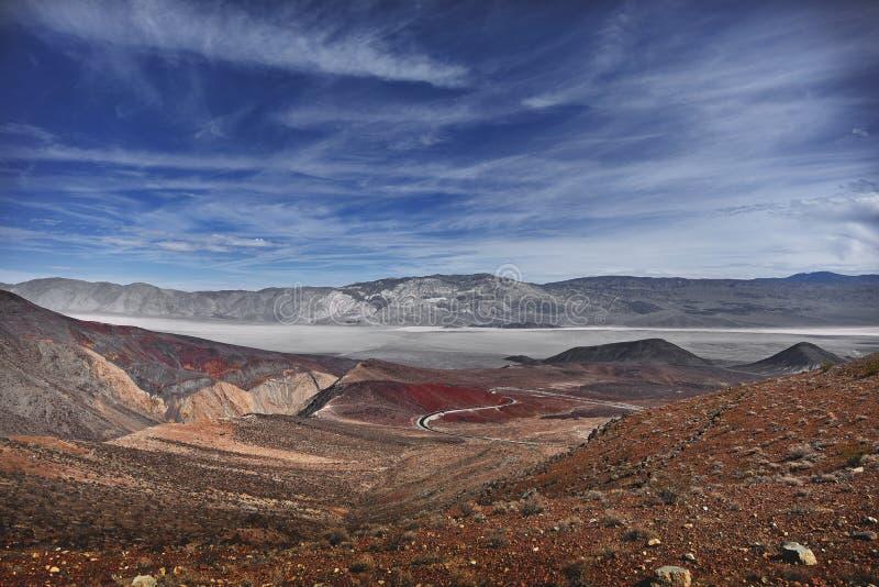 死亡谷壮观的路和天空  库存照片