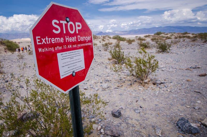 死亡谷,加利福尼亚:标志死亡谷国家公园警告极端热条件的徒步旅行者在的 免版税库存照片