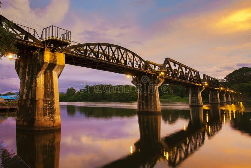 死亡铁路桥横穿在kanchanaburi重要历史旅行的站点泰国一的河khwae  免版税库存照片