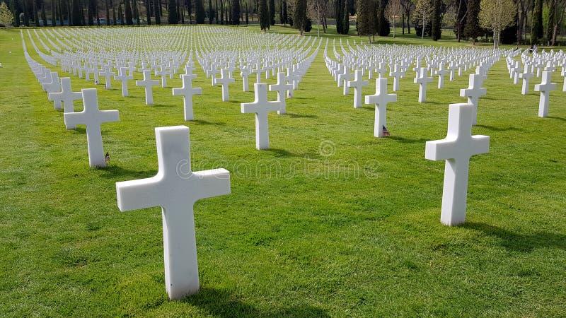 死在佛罗伦萨美国公墓和纪念品埋没的第二次世界大战期间美军士兵,Flore的十字架  免版税库存图片