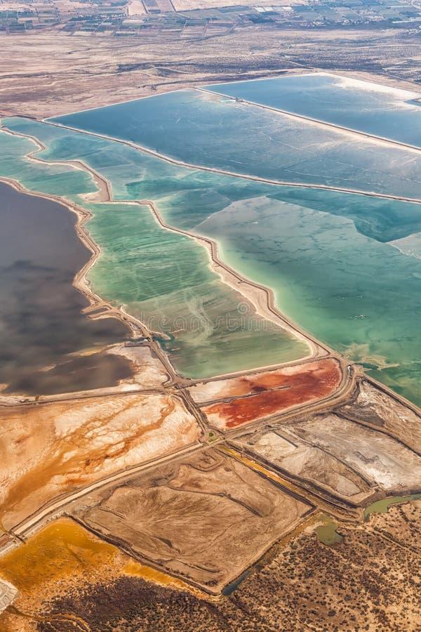 死海以色列风景自然盐提取从鸟瞰图约旦上的纵向格式 免版税库存图片