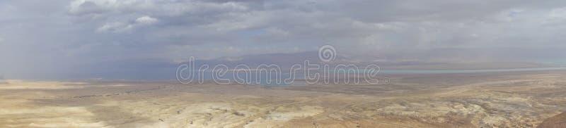 死海在与云彩的冬天期间从马萨达小山顶 免版税库存照片