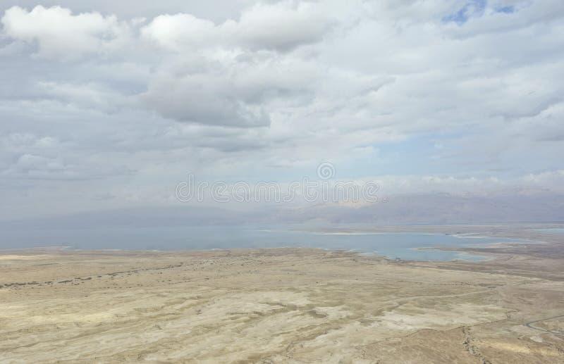 死海在与云彩的冬天期间从马萨达小山顶 库存照片