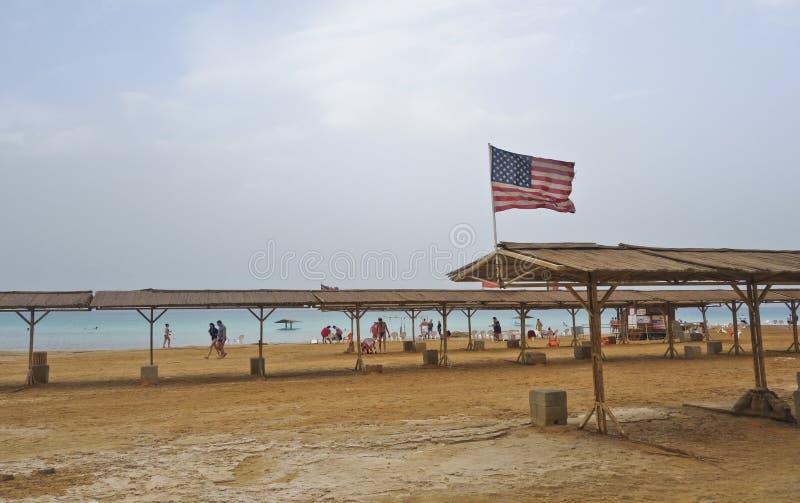 死海在与挥动美国国旗的冬天期间 库存照片