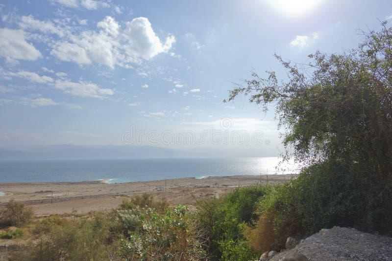 死海在与顶上的云彩的冬天期间 库存照片