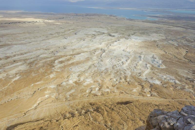 死海在显示在海滩的冬天期间盐床 免版税图库摄影