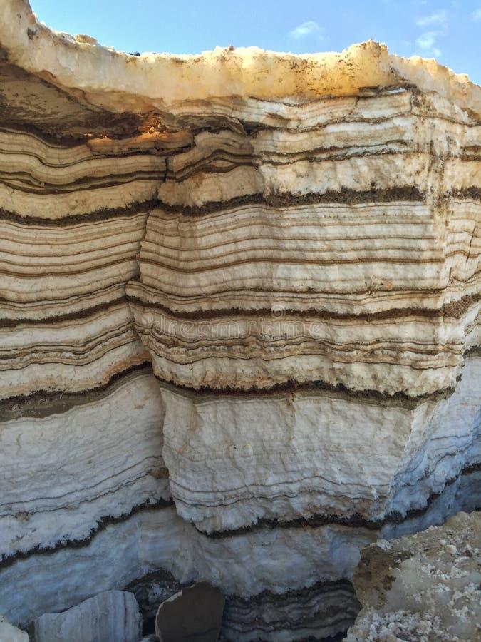 死海层状沙子和盐  免版税库存照片