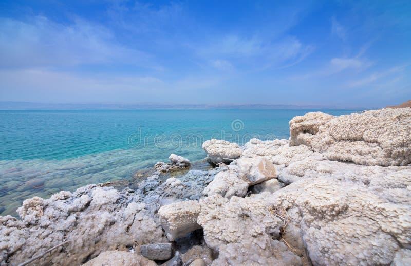 死海海岸线沙漠风景与白色盐,约旦,以色列的 图库摄影