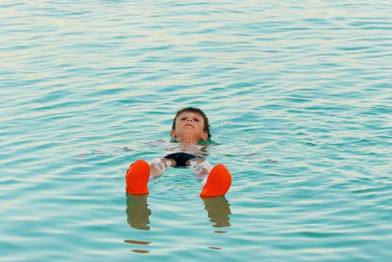 死海游泳 免版税库存图片