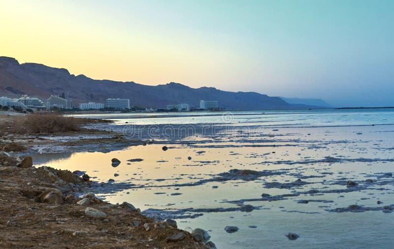 死海,是盐湖毗邻约旦的对北部和以色列对西部 库存照片