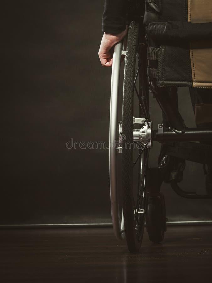 残疾人坐轮椅 免版税库存照片