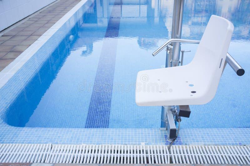 残疾人通入的游泳池推力对水池 库存照片