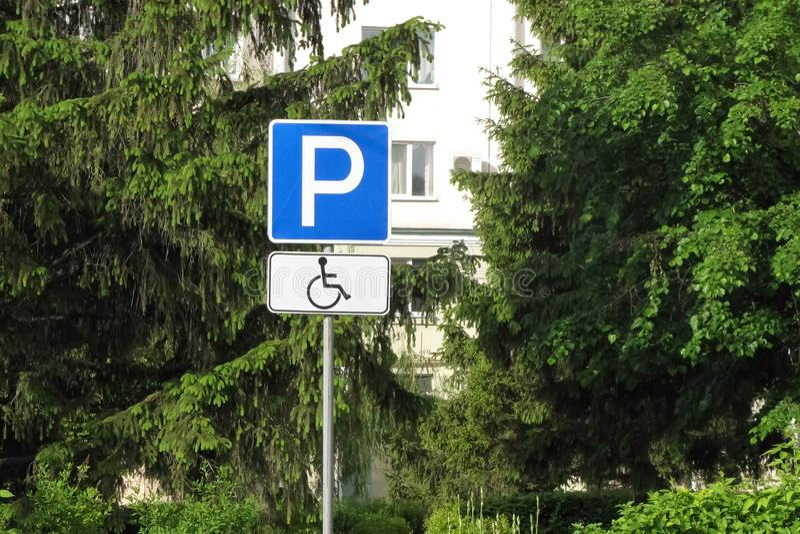 残疾停放的在城市路标 免版税库存照片