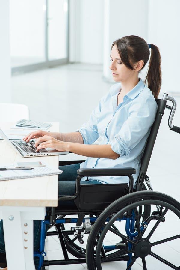 年轻残疾女实业家在工作 免版税库存照片