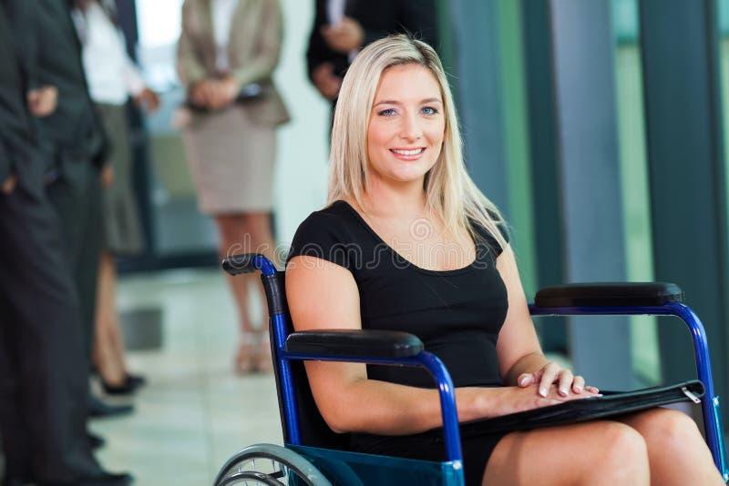 残疾女实业家轮椅 免版税库存照片