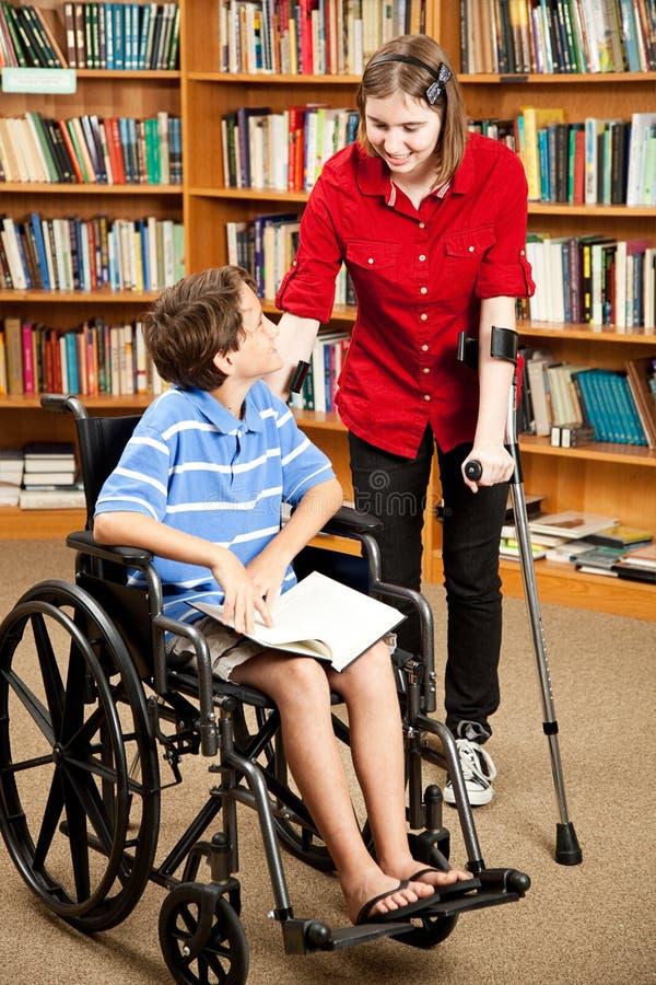 残疾孩子图书馆 库存图片