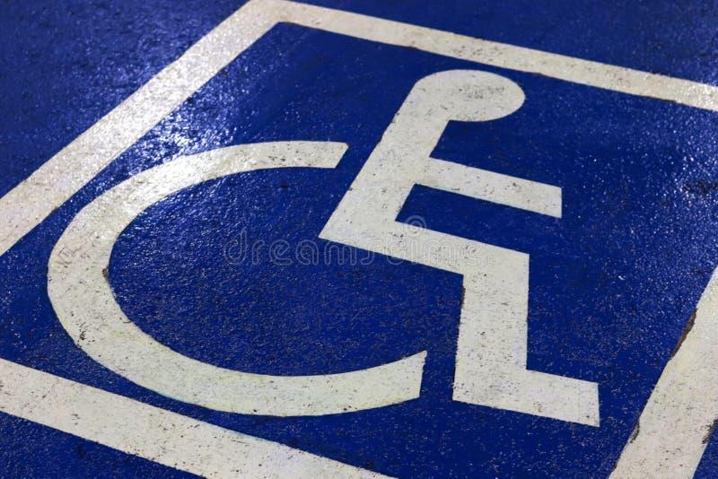 残疾的停车处标志在停车场选择聚焦 库存图片