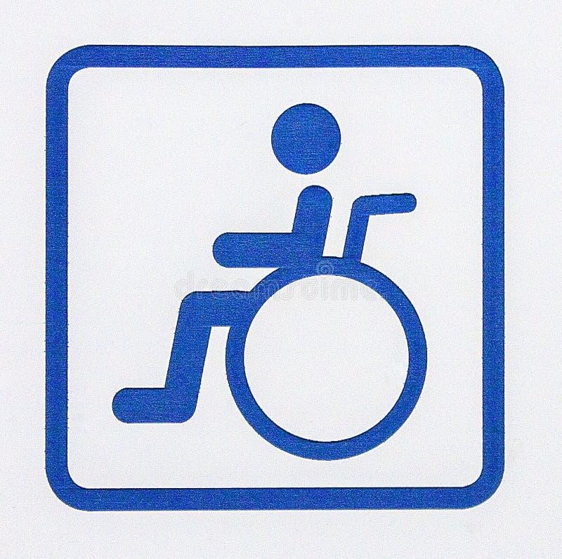 残疾的蓝色停车处在白色b隔绝的标志或轮椅 免版税库存图片