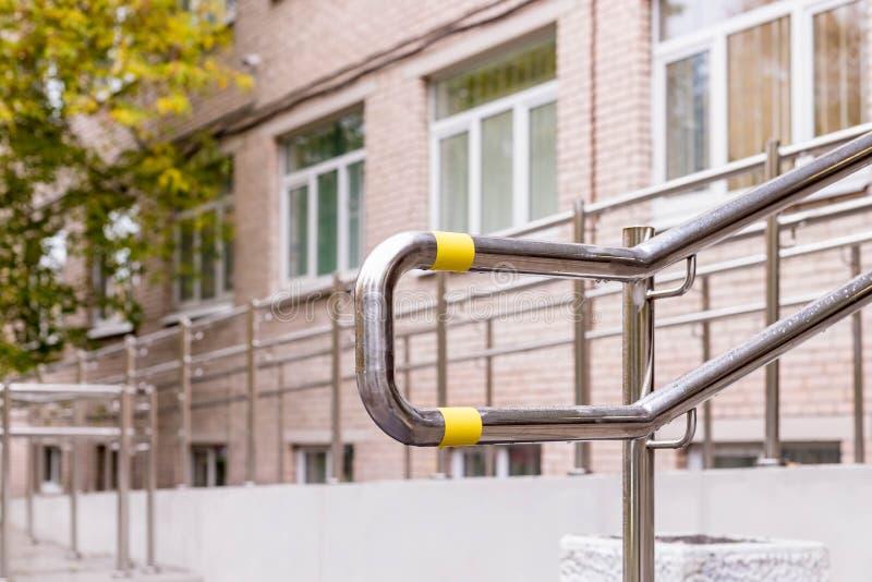 残疾的词条在住宅区 轮椅词条,室外 安全环境,安全环境概念 图库摄影