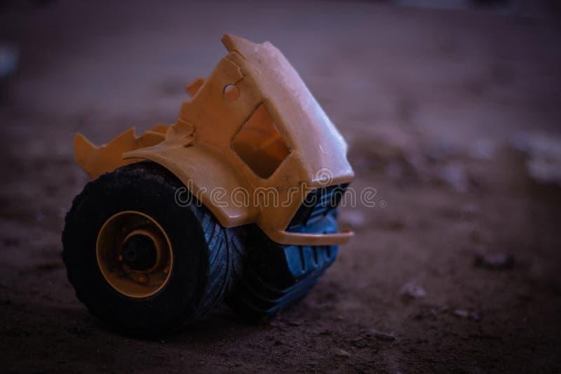 残破和偏僻的玩具 库存照片