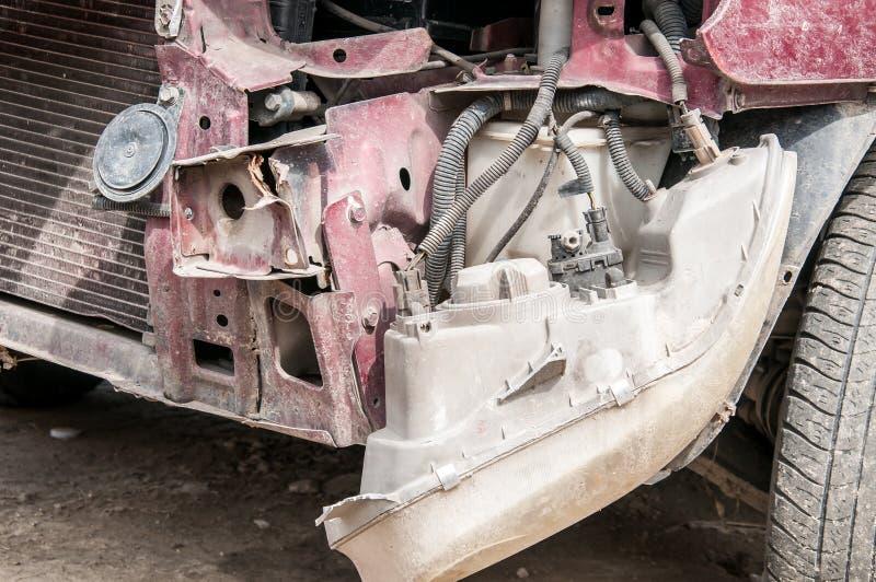 残破和损坏的汽车击毁的前方在崩溃事故的与在碰撞关闭的致命结果 免版税库存图片