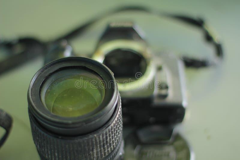 残破和被拆卸的照片照相机 免版税库存图片