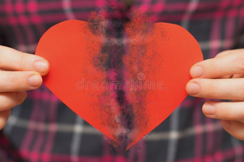 残破有之心 背景蓝色框概念概念性日礼品重点查出珠宝信函生活纤管红色仍然被塑造的华伦泰 举行打破的hea的妇女 图库摄影